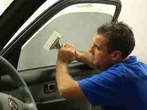 Как снять тонировку с автомобиля своими руками?